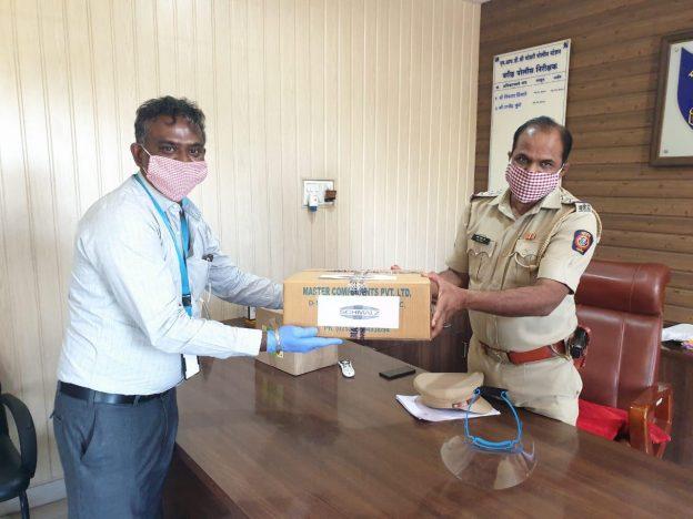 Mr. Philip J. Mani (MD Schmalz India) uebergibt die Gesichtsschutzschilde an eine Polizeistation in Pune